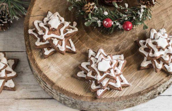 Biscotti a forma di alberi di Natale su ripiano, Nonna Anita