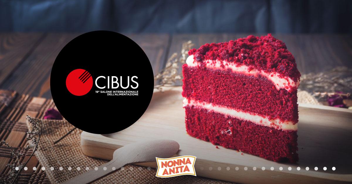 Fetta di torta red velvet con logo Cibus, blog Nonna Anita