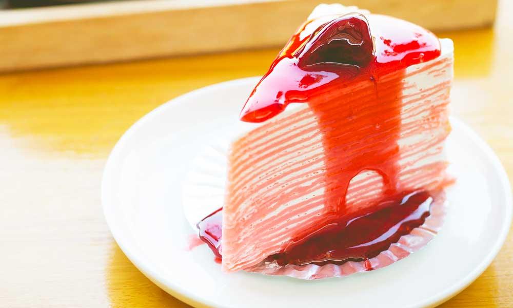 Fetta di Crepes Cake alle fragole