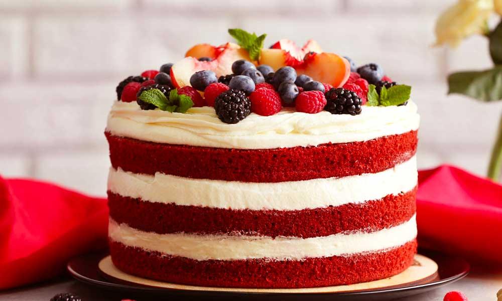 Torta Red Velvet con guarnizione di frutta
